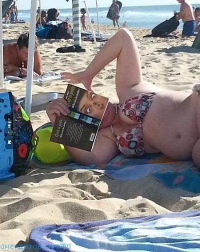 смешные девушки на пляже